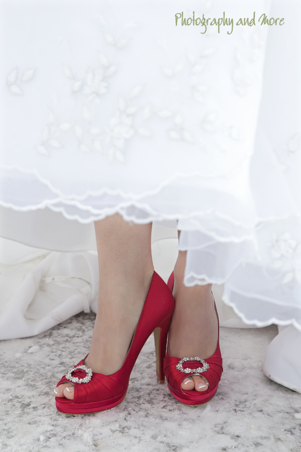 red shoes of the bride / CT wedding photographer